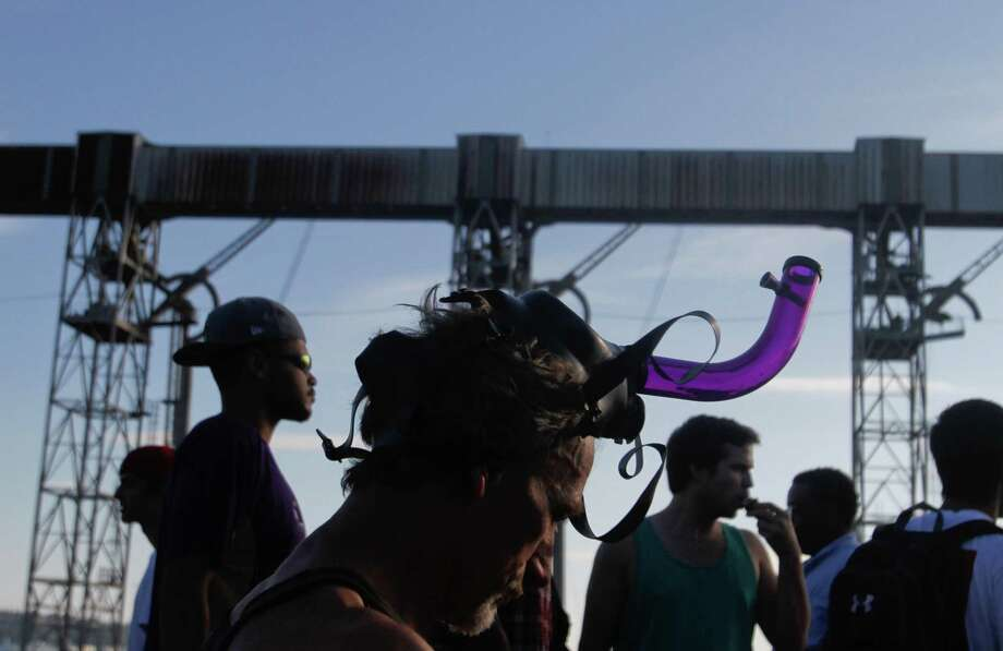 A man wears a gas mask on his head. Photo: Sofia Jaramillo / SEATTLEPI.COM