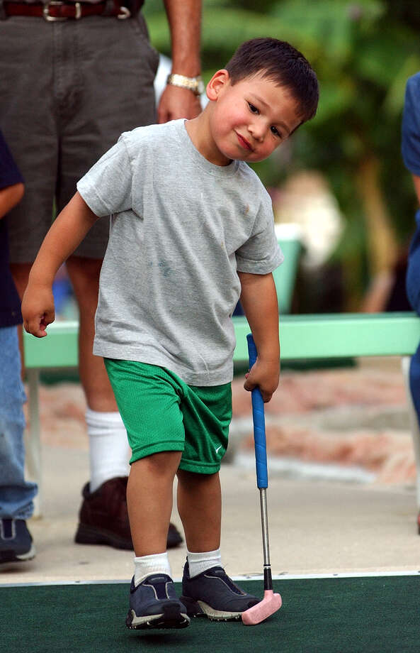 Omar Garza, 3, follows his putt at hole number 18 at Cool Crest Miniature Golf Friday, June 14, 2002. Photo: TOM REEL, SAN ANTONIO EXPRESS-NEWS / SAN ANTONIO EXPRESS-NEWS