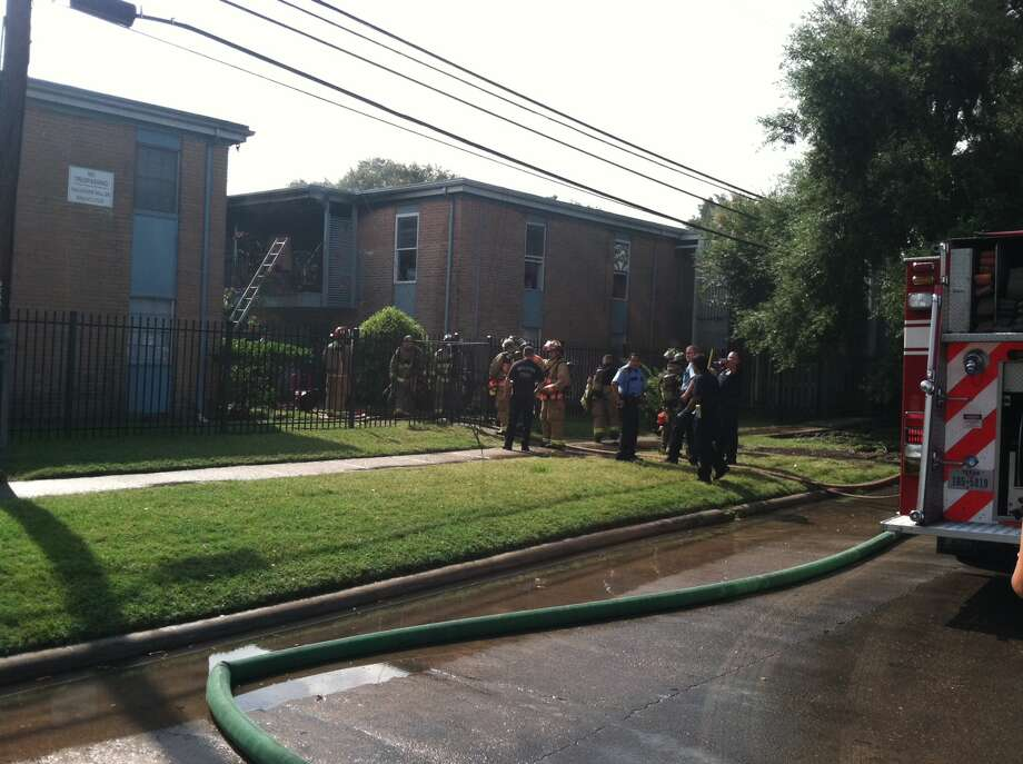 two sisters escape apartment fire houston chronicle