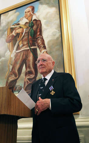 Samuel W. Smith speaks after he is presented the Distinguished Flying Cross by Major General Timothy Zadalis in a ceremony at Randolph AFB on August 24, 2012. Photo: Tom Reel, San Antonio Express-News / ©2012 San Antono Express-News