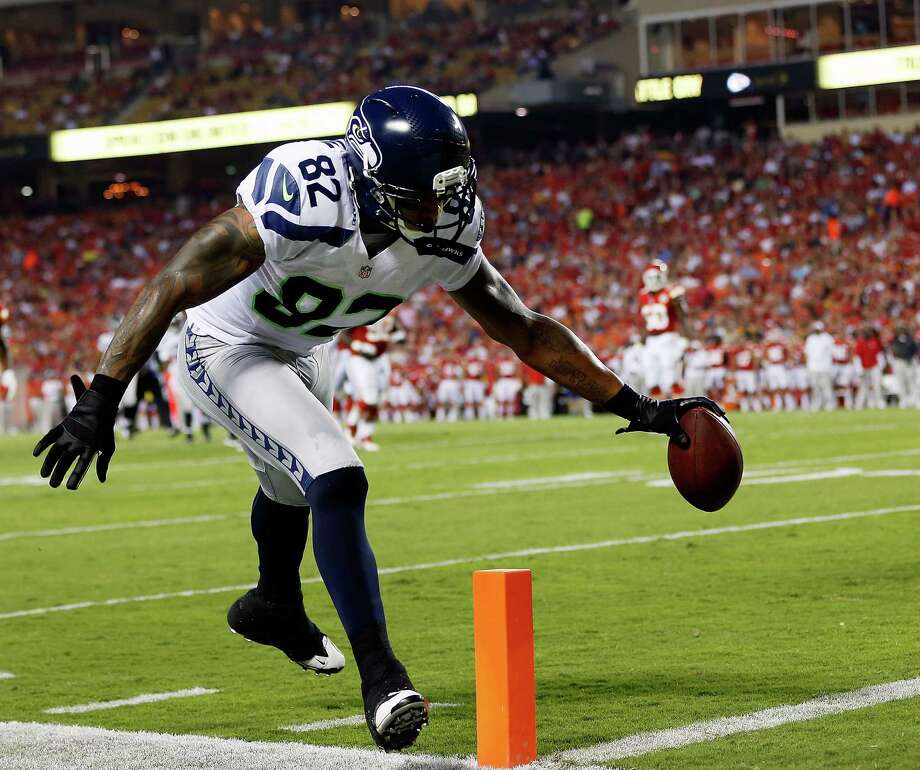 KANSAS CITY, MO - AUGUST 24:   Receiver Kellen Winslow #82 of the Seattle Seahawks lunges for a touchdown during the NFL preseason against the Kansas City Chiefs game at Arrowhead Stadium on August 24, 2012 in Kansas City, Missouri. Photo: Jamie Squire, Getty Images / 2012 Getty Images
