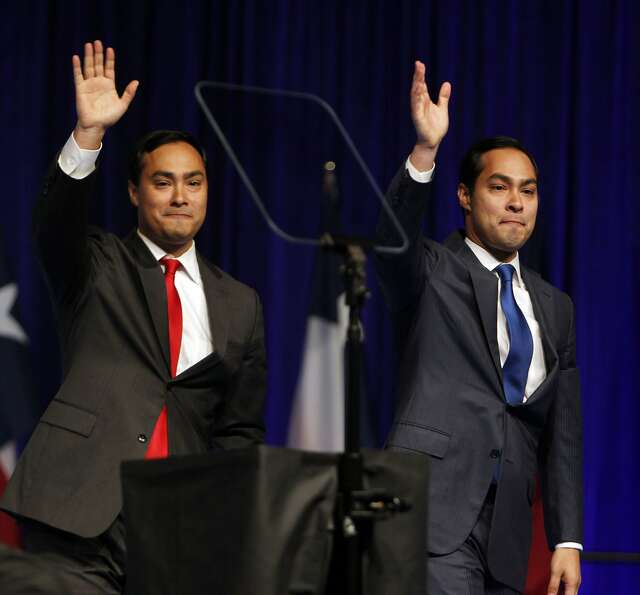 Joaquin Castro left, introduces his twin brother and San Antonio Mayor Julian Castro during the the