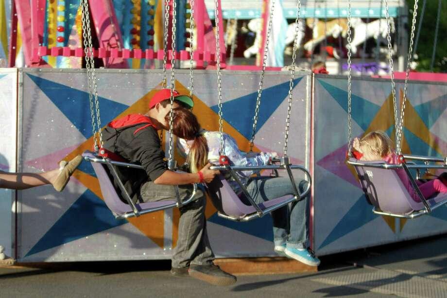 A young couple kisses before riding the YO-YO. Photo: Sofia Jaramillo / SEATTLEPI.COM