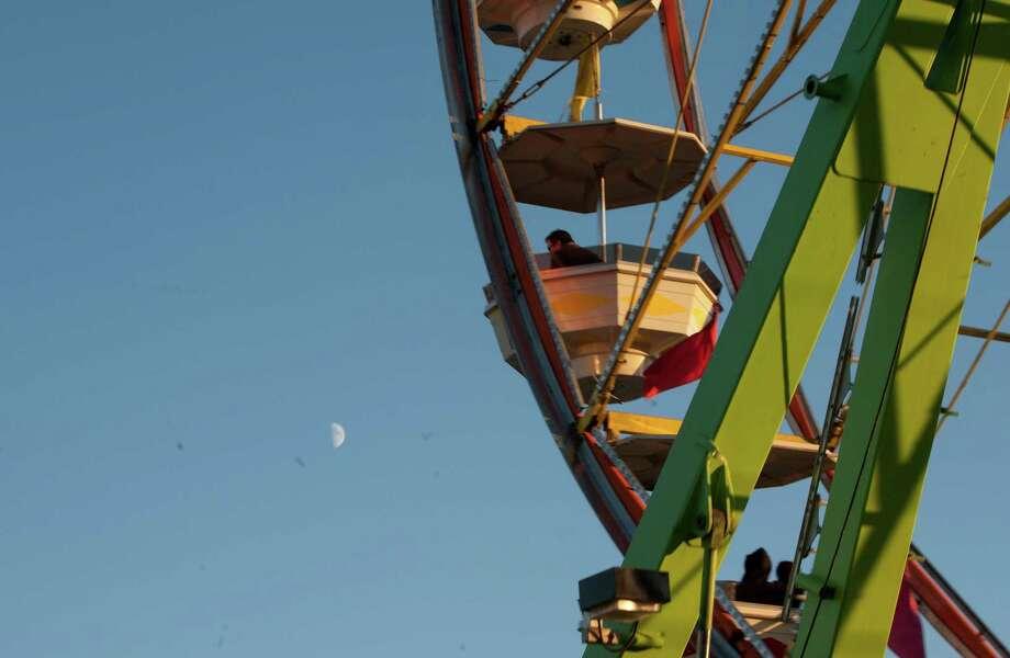 The moon is shown behind the Ferris wheel. Photo: Sofia Jaramillo / SEATTLEPI.COM