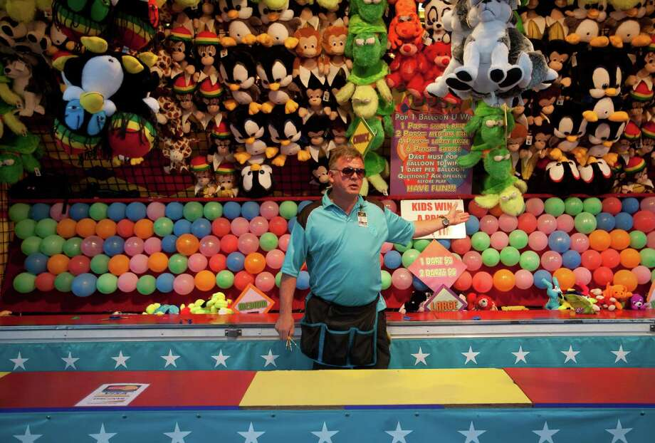 Joseph Roos urges people to try a balloon game. Photo: Sofia Jaramillo / SEATTLEPI.COM