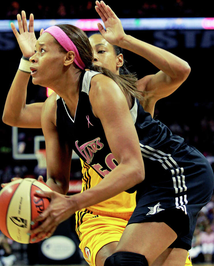 Tangela Smith gets loose under the hoop as the Silver Stars host the Tulsa Shock at the AT&T Center on August 25, 2012. Photo: Tom Reel, Express-News / ©2012 San Antono Express-News