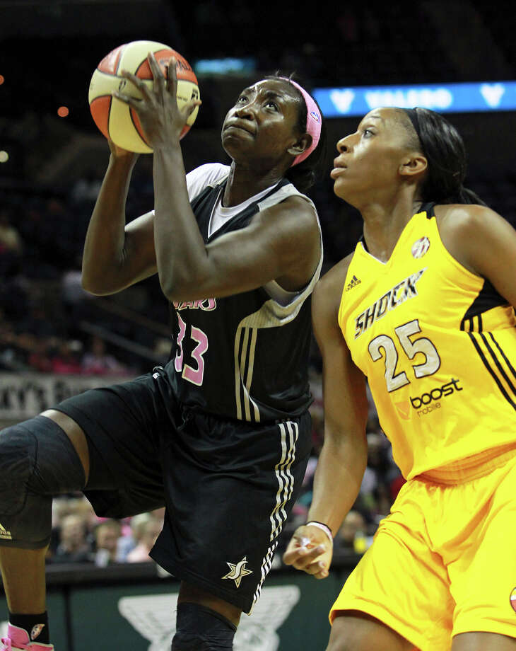 Sophia Young goes in for a layup against Glory Johnson as the Silver Stars host the Tulsa Shock at the AT&T Center on August 25, 2012. Photo: Tom Reel, Express-News / ©2012 San Antono Express-News