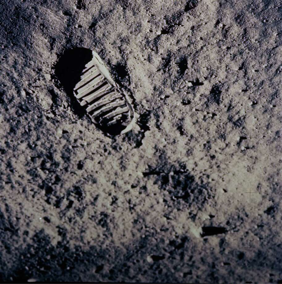 A footprint left by one of  the astronauts of the Apollo 11 mission shows in  the powder surface. Photo: Anonymous / NASA
