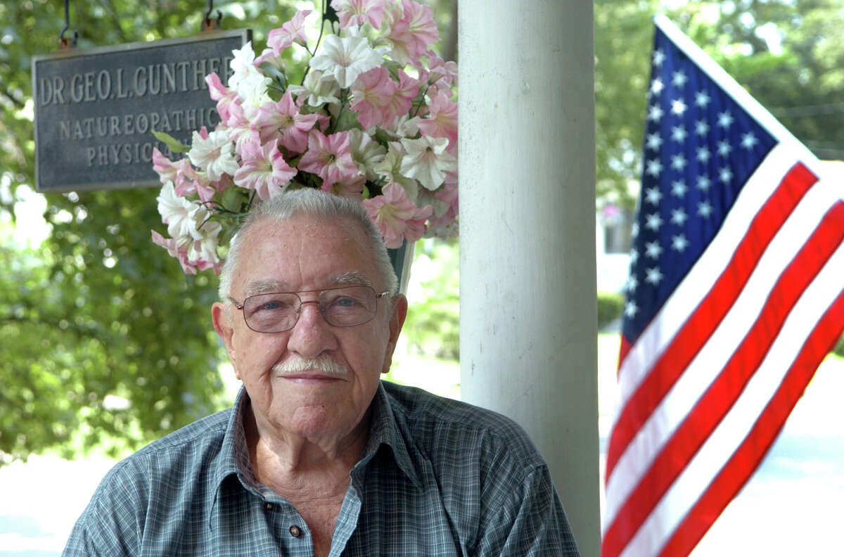 """Former State Senator George """"Doc"""" Gunther at his home in Stratford in 2006."""