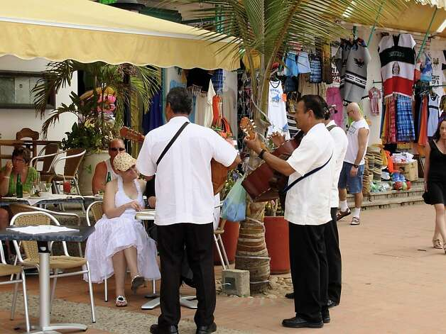 Musicians entertain diners on the malecon. Photo: Maribeth Mellin