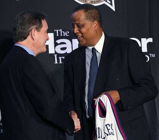 Jamaal Wilkes shakes hands with CBS' Jim Nantz as he is introduced as a Naismith Hall of Fame inductee. Photo: Gerald Herbert, ASSOCIATED PRESS