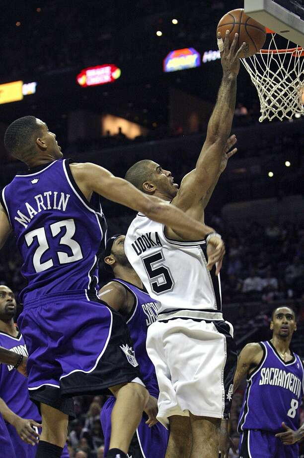 Ime Udoka slips inside of the Kings' Kevin Martin for a layup in the second half Nov. 2, 2007. (TOM REEL / SAN ANTONIO EXPRESS-NEWS)