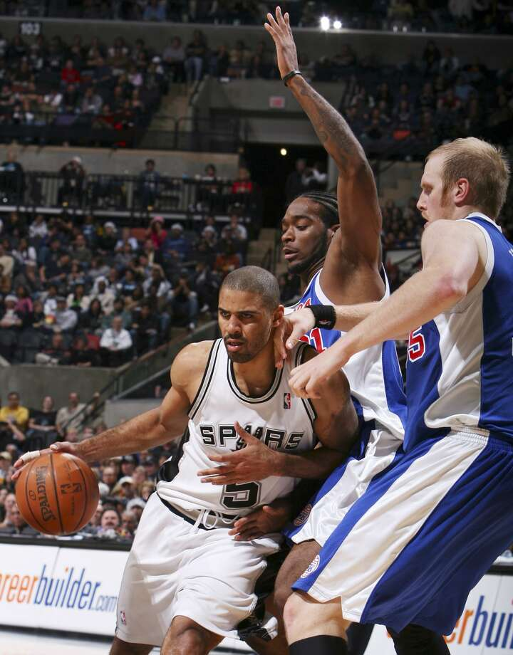 Spurs' Ime Udoka drives around Clippers' Josh Powell and Chris Kaman during second half action Saturday Dec. 22, 2007 at the AT&T Center. The Spurs won 99-90.  (EDWARD A. ORNELAS / SAN ANTONIO EXPRESS-NEWS)