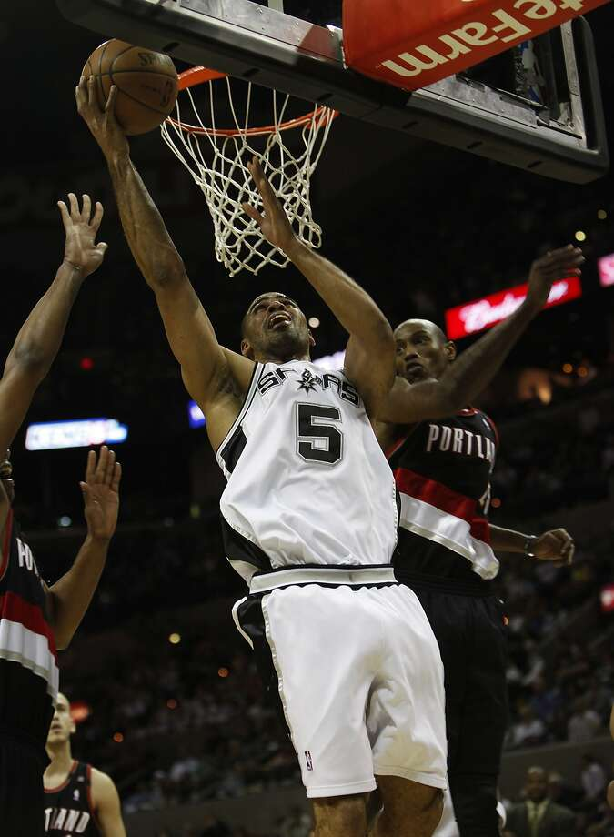 Spurs' Ime Udoka (05) goes to the basket against Portland Trailblazers' Travis Outlaw (right) and Channing Frye (left) in the second half at the AT&T Center on Feb. 25, 2009. Spurs defeated the Trailblazers, 99-84.  (KIN MAN HUI / San Antonio Express-News)
