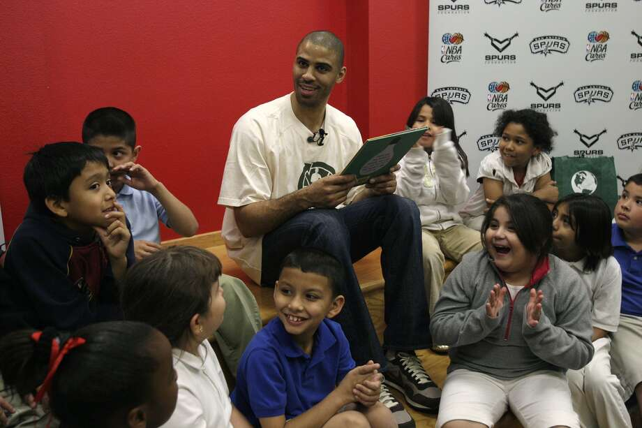 Spurs Ime Udoka reads to third grade students at Herff Elementary School on Monday, March 30, 2009. The students are winners of the High Five Readers Contest. (JERRY LARA / SAN ANTONIO EXPRESS-NEWS)