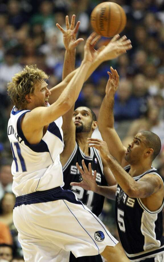 FOR SPORTS - Mavericks' Dirk Nowitzki passes around Spurs' Tim Duncan and Ime Udoka during first half action of Game 4 in the First Round of the Western Conference Playoffs Saturday April 25, 2009 at the American Airlines Center in Dallas, Tx. (PHOTO BY EDWARD A. ORNELAS/eaornelas@express-news.net) (SAN ANTONIO EXPRESS-NEWS)
