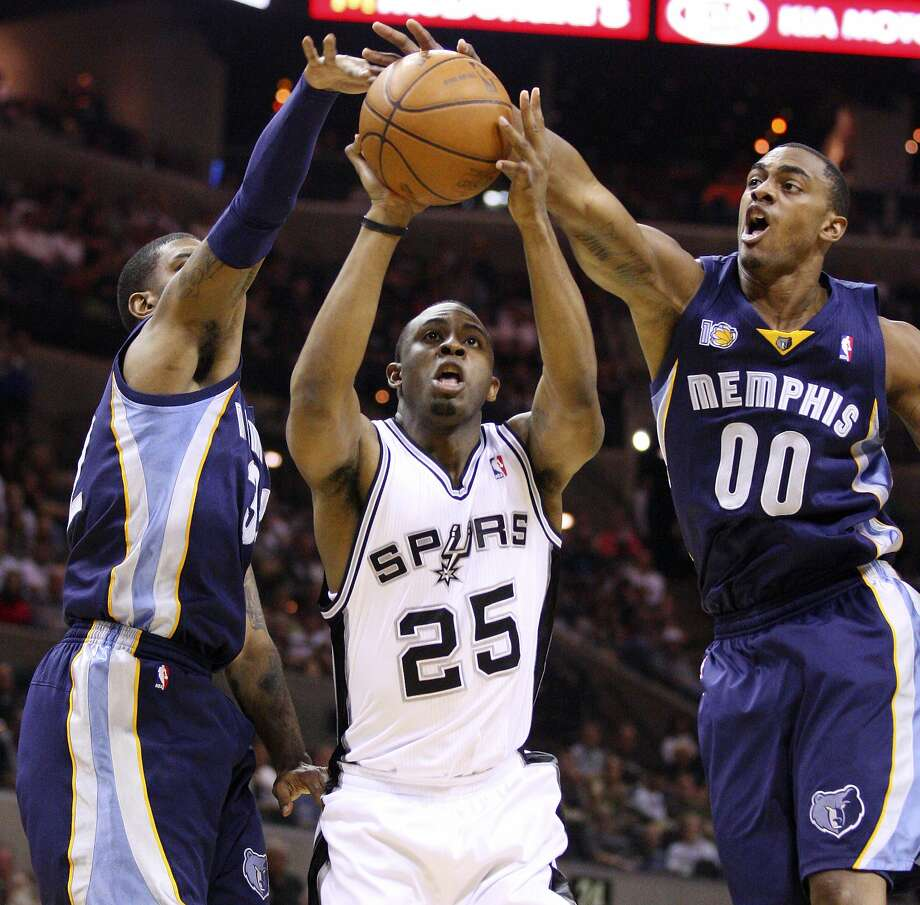 Spurs' James Anderson shoots between Grizzlies' O.J. Mayo (left) and Grizzlies' Darrell Arthur during first half action Sunday Feb 27, 2011 at the AT&T Center. (PHOTO BY EDWARD A. ORNELAS/eaornelas@express-news.net) (SAN ANTONIO EXPRESS-NEWS)