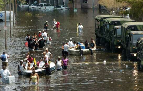People flock to the Superdome in New Orleans for shelter in the aftermath of Hurricane Katrina Wednesday,  Aug. 31, 2005. (Melissa Phillip / Chronicle) Photo: MELISSA PHILLIP, HOUSTON CHRONICLE / HOUSTON CHRONICLE