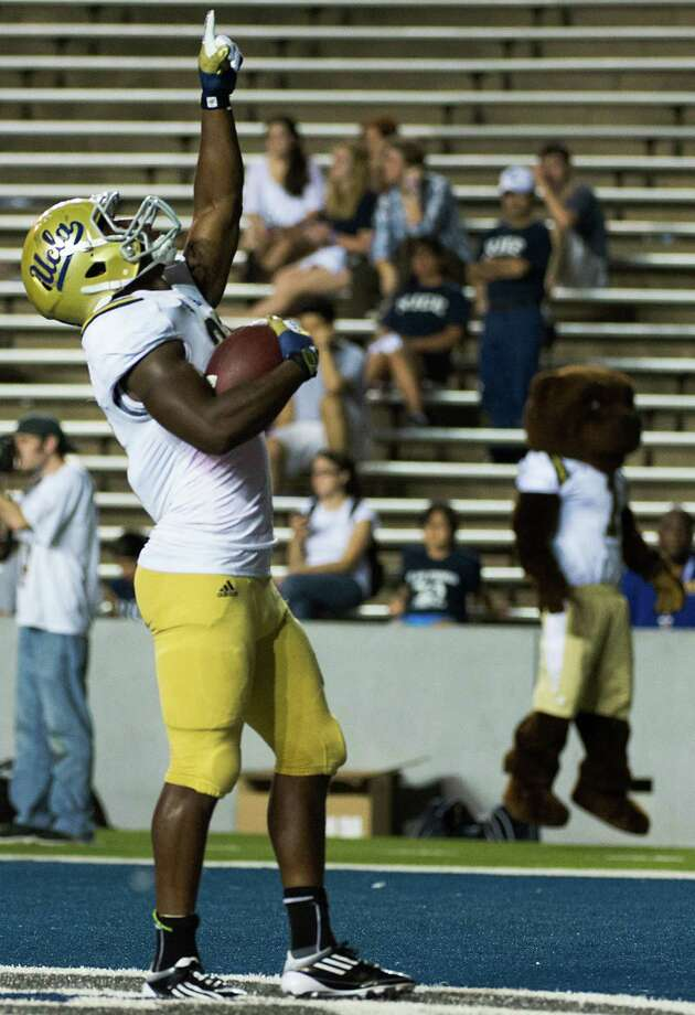 UCLA running back Johnathan Franklin celebrates after scoring on a 22-yard touchdown run during the second half. Photo: Smiley N. Pool, Houston Chronicle / © 2012  Houston Chronicle
