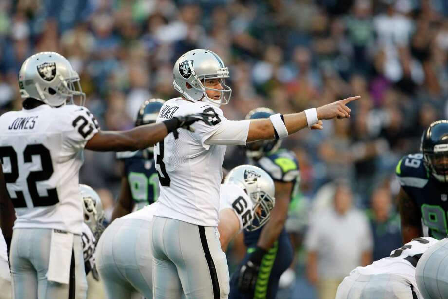 Oakland Raiders Carson Palmer points during the first half. Photo: AP