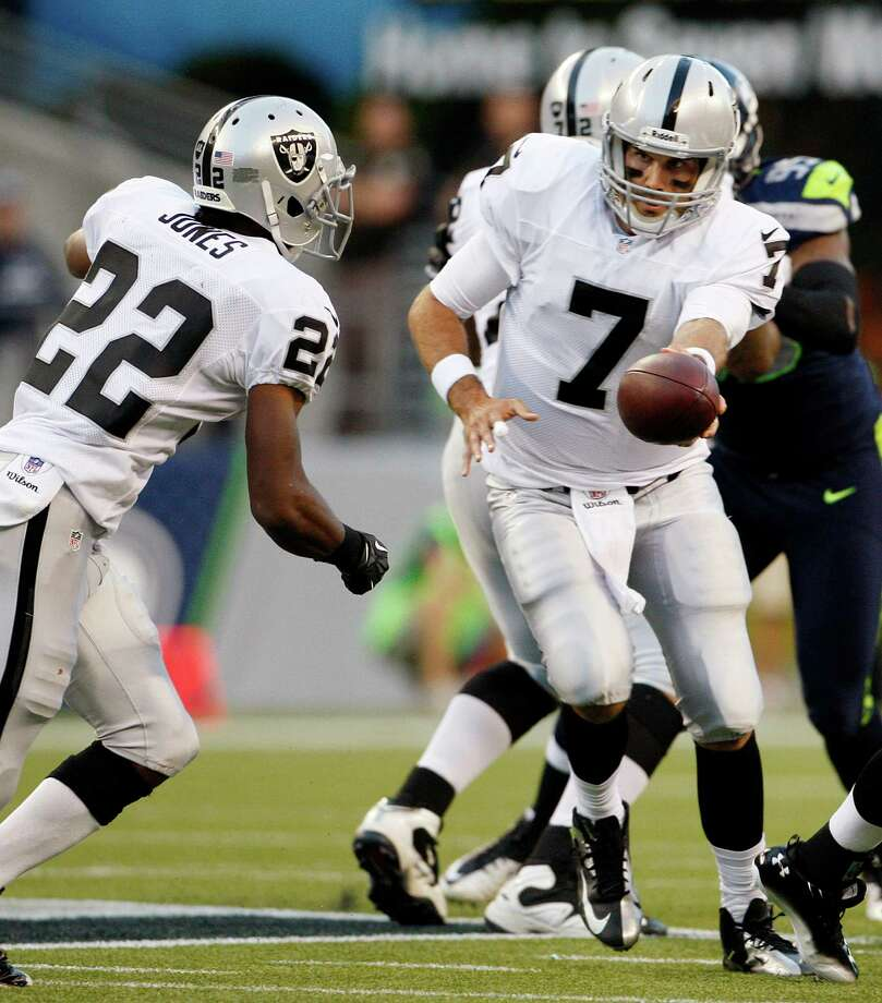 Oakland Raiders quarterback Matt Leinart (7) hands off to Taiwan Jones against the Seattle Seahawks in the first half. Photo: AP
