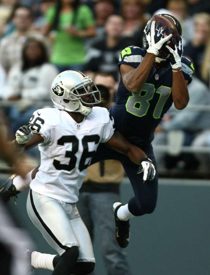 Seattle Seahawks player Golden Tate pulls down a pass against Oakland Raiders player Shawntae Spencer in a play challenged. Photo: JOSHUA TRUJILLO / SEATTLEPI.COM