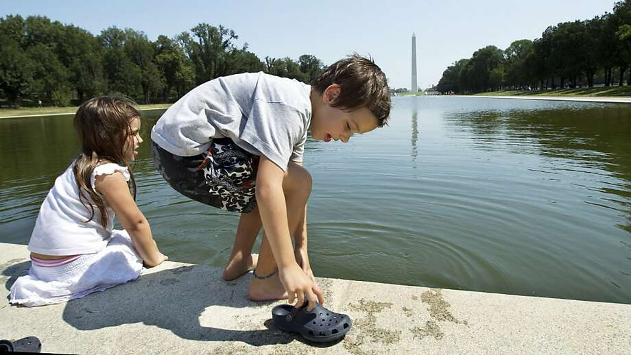 Pedro Turano, 7, and sister Lucia 5, from Buenos Aires, dip their feet in the Lincoln Memorial Reflecting Pool on the National Mall. A rededication ceremony is planned for Sept. 29. Photo: Manuel Balce Ceneta, Associated Press