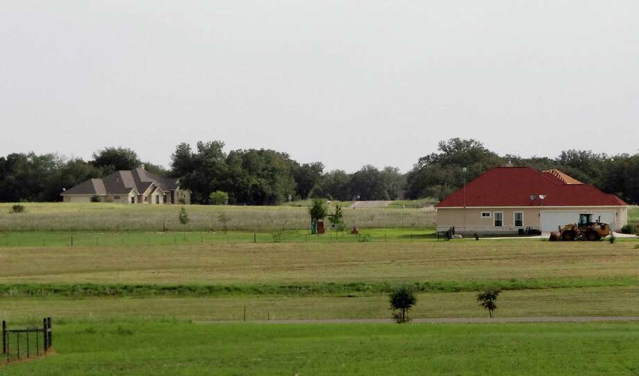 The Abrego Lake development in Floresville is seeing more housing construction activity. Eagle Ford shale executives and workers, as well as people working in San Antonio, are moving in. Photo: Billy Calzada, San Antonio Express-News / © San Antonio Express-News