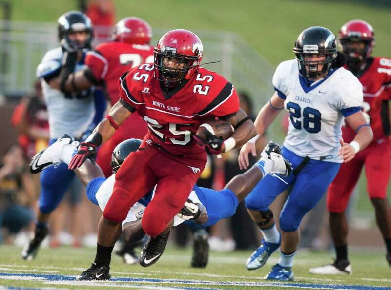 North Shore running back Jared Pendleton (25) takes off during the first quarter against Clear Sprin
