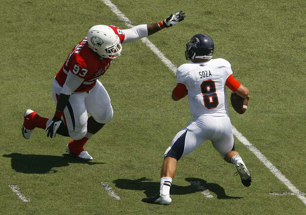 UTSA 33 - South Alabama 31: South Alabama defender Randon Carnathan (93) pressures UTSA quarterback Eric Soza (8) in the first quarter Saturday, Sept. 1, 2012, at Ladd-Peebles Stadium in Mobile, Ala. (Press-Register/Mike Kittrell) Photo: Mike Kittrell, Mobile Press-Register / Mobile Press-Register
