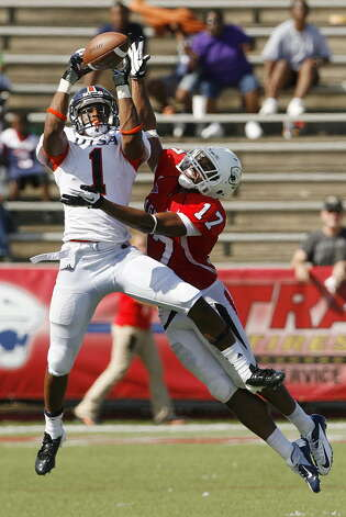 South Alabama's Alonzo Long (17) tries to break up a pass to Texas San-Antonio's Kam Jones (1) in the fourth quarter Saturday, Sept. 1, 2012, at Ladd-Peebles Stadium in Mobile, Ala. (Press-Register/Mike Kittrell) Photo: Mike Kittrell, Mobile Press-Register / Mobile Press-Register