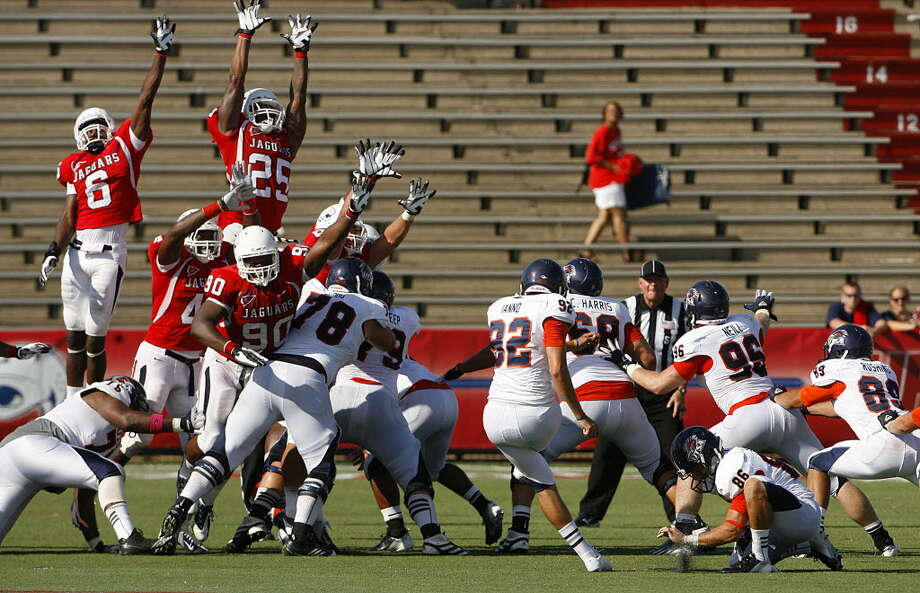 Texas San-Antonio kicker Sean Ianno (92) makes the winning field goal in the fourth quarter against South Alabama Saturday, Sept. 1, 2012, at Ladd-Peebles Stadium in Mobile, Ala. (Press-Register/Mike Kittrell) Photo: Mike Kittrell, Mobile Press-Register / Mobile Press-Register