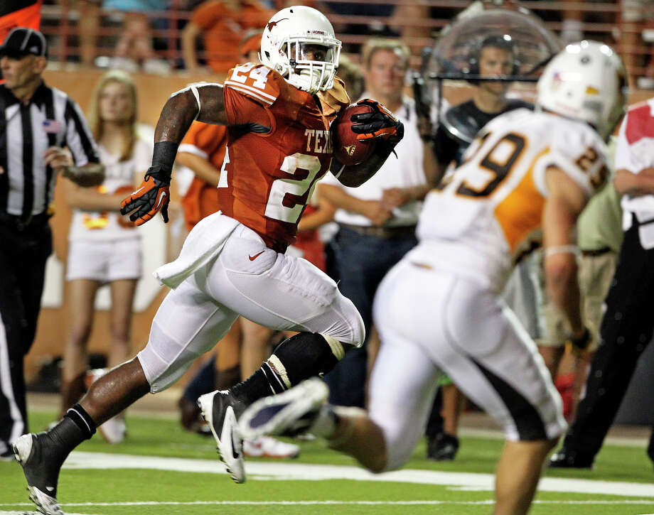 Joe Bergeron sprints to the left to score in the fourth quarter as Texas hosts Wyoming at D.K.Royal Stadium in Austin on September 1, 2012. Photo: Tom Reel, Express-News / ©2012 San Antono Express-News