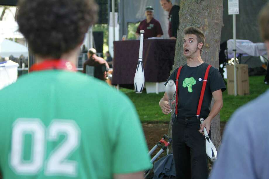 A street performer makes weird faces while juggling. Photo: Sofia Jaramillo / SEATTLEPI.COM