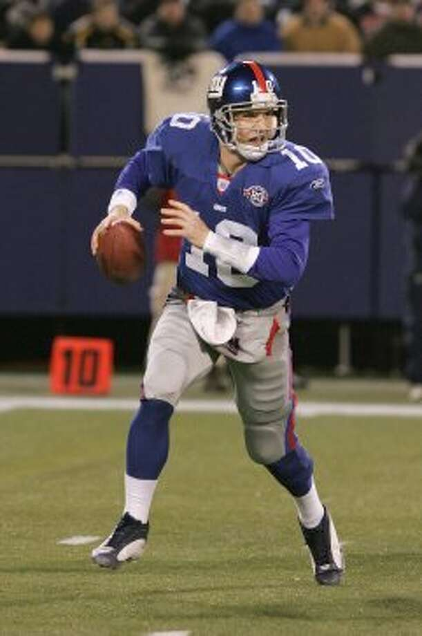 EAST RUTHERFORD, NJ - JANUARY 2: Quarterback Eli Manning #10 of the New York Giants looks to pass against the Dallas Cowboys during the game on January 2, 2005 at Giants Stadium in East Rutherford, New Jersey. The Giants won 28-24. (Photo by Jim McIsaac/Getty Images)   *** Local Caption *** Eli Manning (Getty Images)