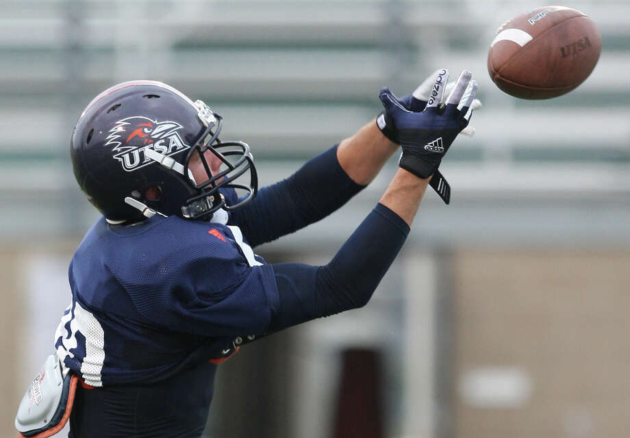 Cole Hicks, who walked on to UTSA in 2010 after a year at West Texas A&M, scored his first touchdown on a 23-yard reception in the first quarter. Photo: Jerry Lara, San Antonio Express-News / © 2012 San Antonio Express-News
