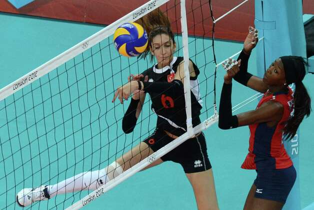 Turkey's Polen Uslupehlivan (L) spikes as US player Destinee Hooker attempts to block during the Women's preliminary pool B volleyball match between the US and Turkey in the 2012 London Olympic Games in London on August 5, 2012. Photo: KIRILL KUDRYAVTSEV, AFP / Getty Images / AFP