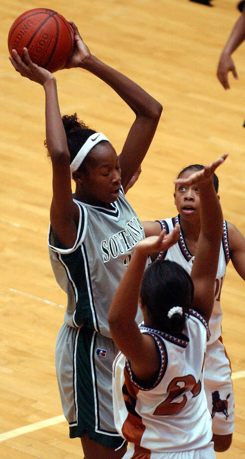 Southwest's Destinee Hooker (33) looks to pass between Madison's Schivona Johnson (20) and teammate Erica Cray (11) Friday, Feb. 20, 2004 at the UTSA Convocation Center. Photo: EDWARD A. ORNELAS, San Antonio Express-News / SAN ANTONIO EXPRESS-NEWS