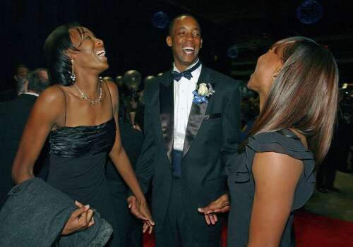 Former Spur Sean Elliott meets Destinee (left) and Marshvette Hooker during the San Antonio Sports Hall of Fame silent auction on Feb. 17, 2006. Photo: TOM REEL, San Antonio Express-News / SAN ANTONIO EXPRESS-NEWS