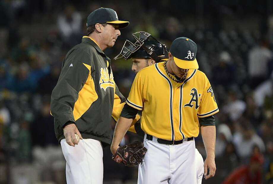Manager Bob Melvin takes the ball from Sean Doolittle after the reliever's rough eighth-inning appearance. Photo: Thearon W. Henderson, Getty Images