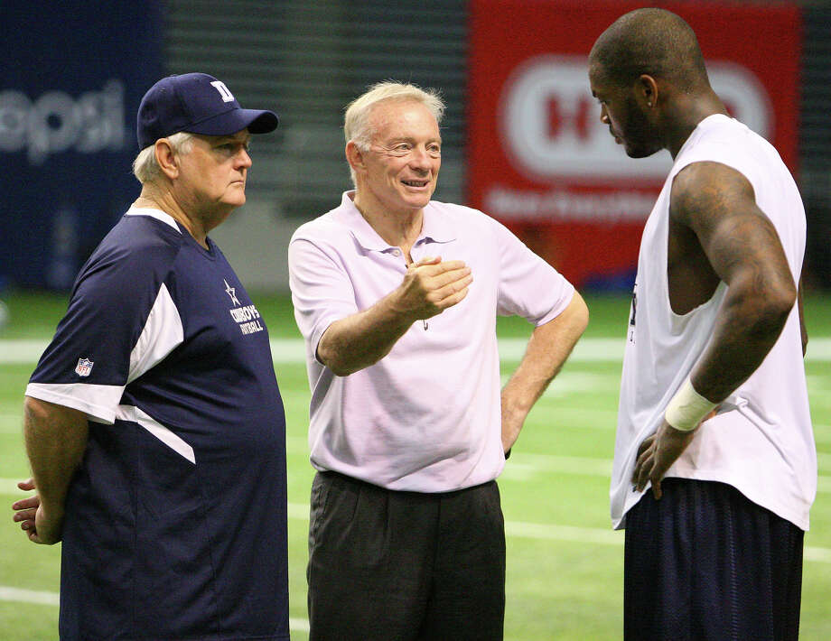 Dallas Cowboys' head coach Wade Phillips (from left) and Dallas Cowboys' owner Jerry Jones talk with Dallas Cowboys' tight end Martellus Bennett after morning practice Monday Aug. 10, 2009 at the Alamodome. Photo: EDWARD A. ORNELAS, San Antonio Express-News / eaornelas@express-news.net