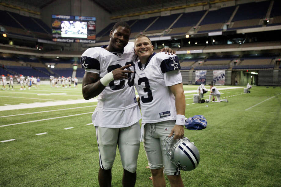 Dallas Cowboys tight end Martellus Bennett left, poses with backup quarterback Jon Kitna before morning practice at the Alamodome, Monday, August 3, 2009. Photo: JERRY LARA, San Antonio Express-News / glara@express-news.net