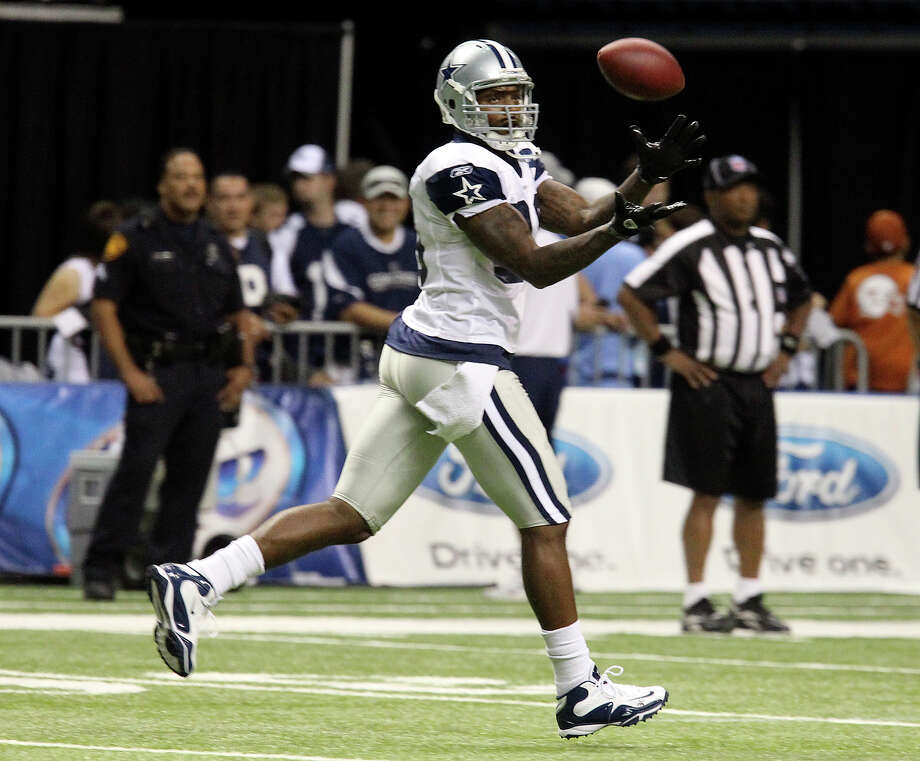 Tight end Martellus Bennett makes a catch as he suits up for practice for the first time at the Dallas Cowboys training camp at the Alamodome on Friday, July 30, 2010. Photo: KIN MAN HUI, San Antonio Express-News / San Antonio Express-News