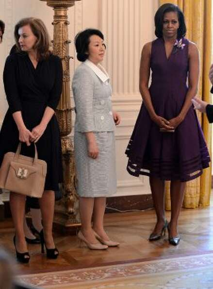 First Lady Michelle Obama (R), French first lady Valerie Trierweiler (L) and Japan's Prime Minister