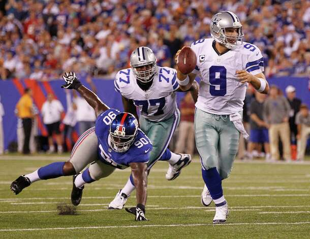 Tony Romo scrambles to throw a 10-yard touchdown pass to Kevin Ogletree in second quarter. Photo: Ron T. Ennis, McClatchy-Tribune News Service / Fort Worth Star-Telegram