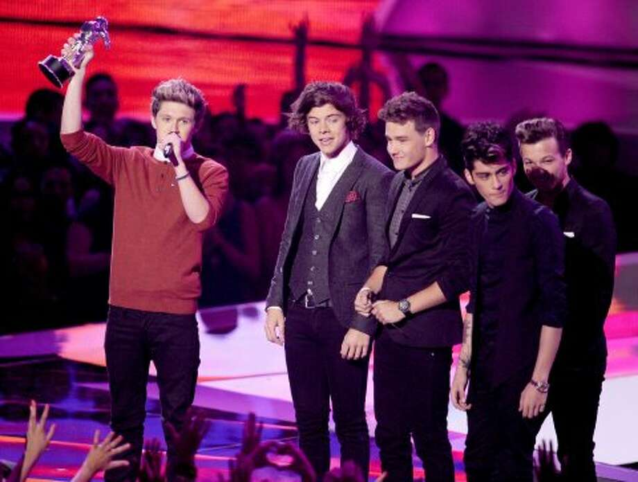 The British invasion lives again! Singers Niall Horan, Harry Styles, Liam Payne, Louis Tomlinson, and Zayn Malik of One Direction accept the Best Pop Video award onstage during the 2012 MTV Video Music Awards at Staples Center on September 6, 2012 in Los Angeles, California.  (Kevin Winter / Getty Images)