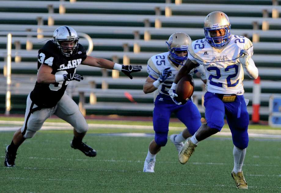 Alamo Heights running back Byron Proctor runs during high-school football action against Clark at Farris Stadium on Thursday, Sept. 6, 2012. Photo: Billy Calzada, San Antonio Express-News / © San Antonio Express-News