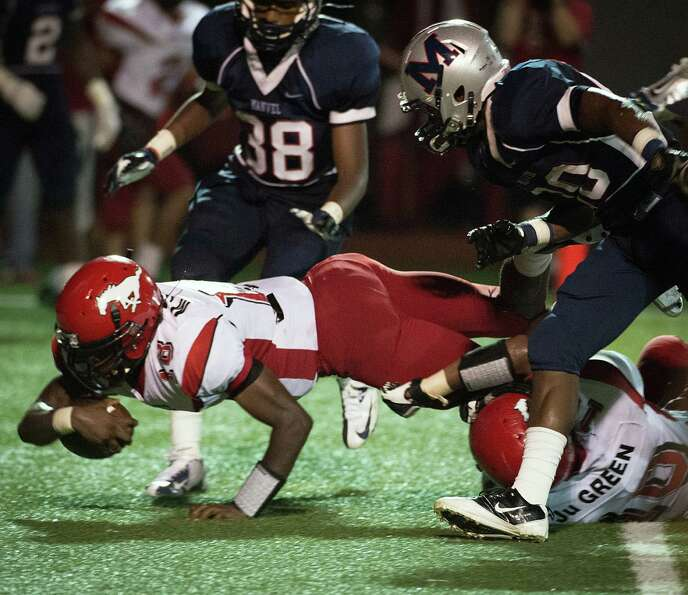 North Shore quarterback Micah Thomas (18) dives into the end zone to give the Mustangs a 34-28 lead