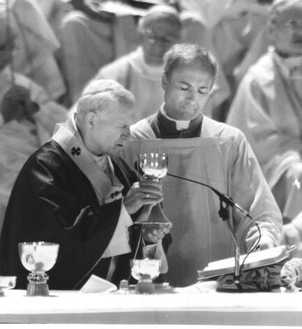 Pope John Paul II leads Mass at Westover Hills during his visit to San Antonio  on Sept. 13, 1987. Photo: San Antonio Express-News File Photo / San Antonio Express-News