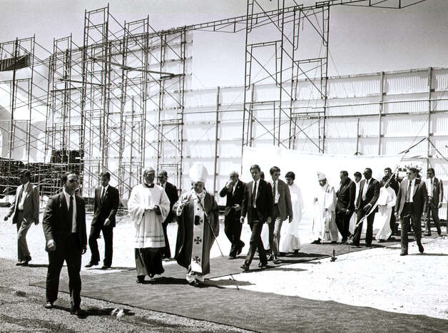 Pope John Paul II departs from rear of the altar at Westover Hills on Sept. 13, 1987, during his visit to San Antonio. Photo: San Antonio Express-News File Photo / San Antonio Express-News